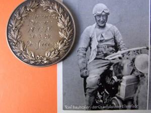 """Anton """"Toni"""" Bauhofer, der Champion des Eilenriede-Rennens mit der Medaille für den Gesamtsieg des ersten Rennens von 1924"""